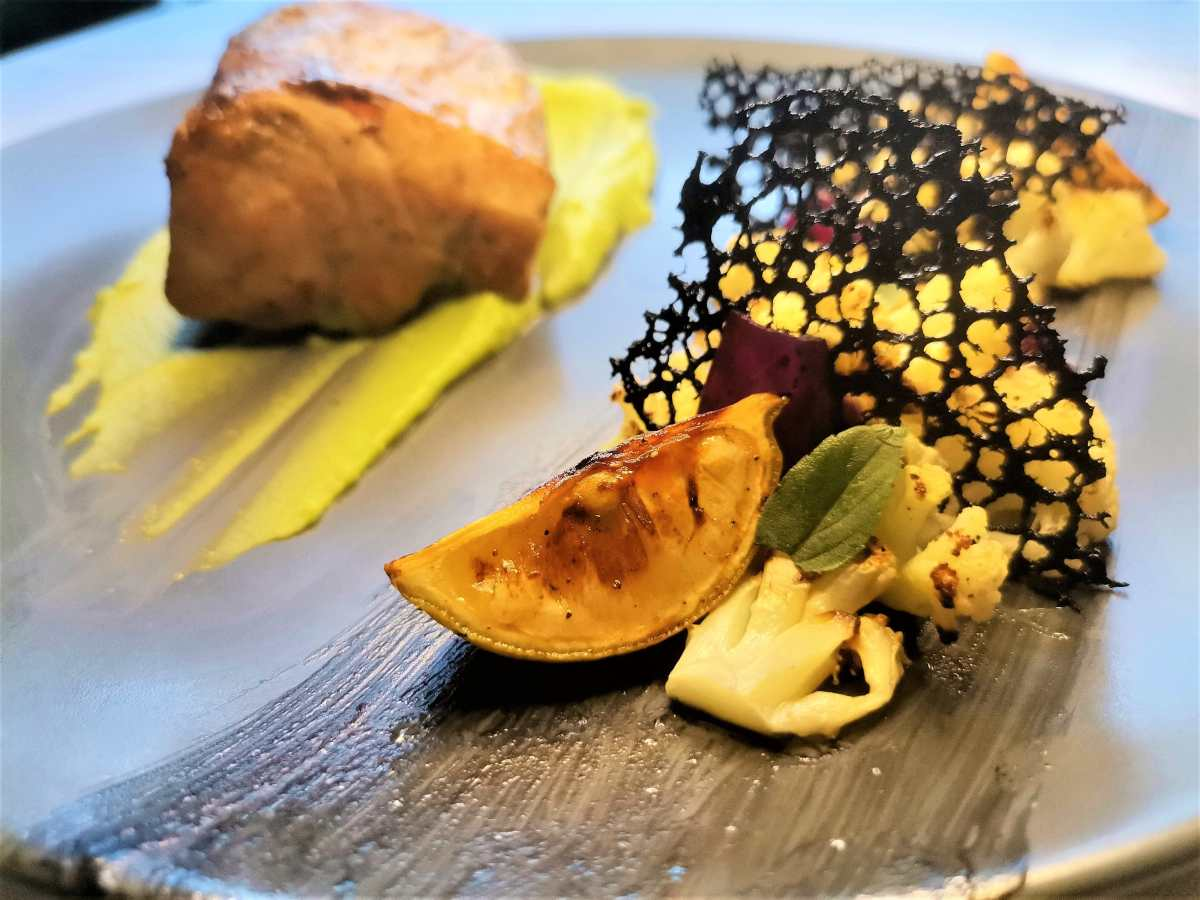 Exquisito filete de dorado con originales guarniciones