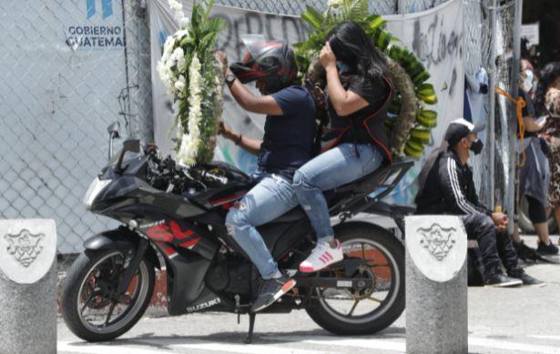 Muchas personas han perdido la vida por el covid-19 en el Hospital de Parque de la Industria a donde parientes llevan flores para darles el último adiós. (Foto Prensa Libre: Esbin García)