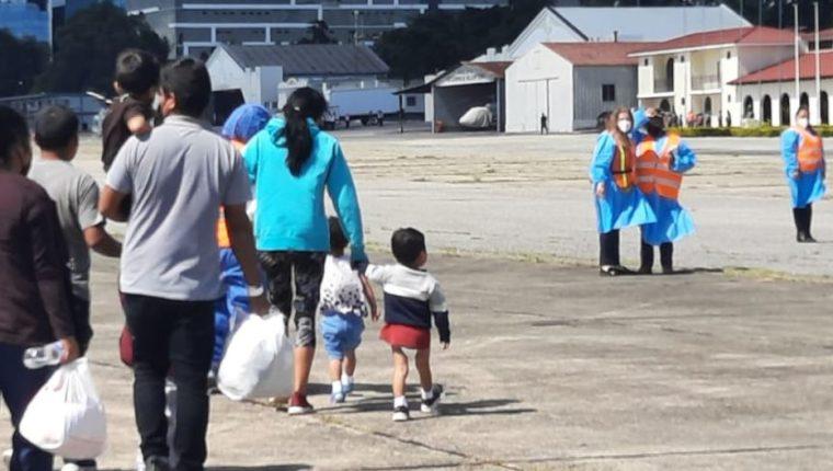 Arriba al país el primer vuelo de unidades familiares migrantes retornadas desde EE. UU.