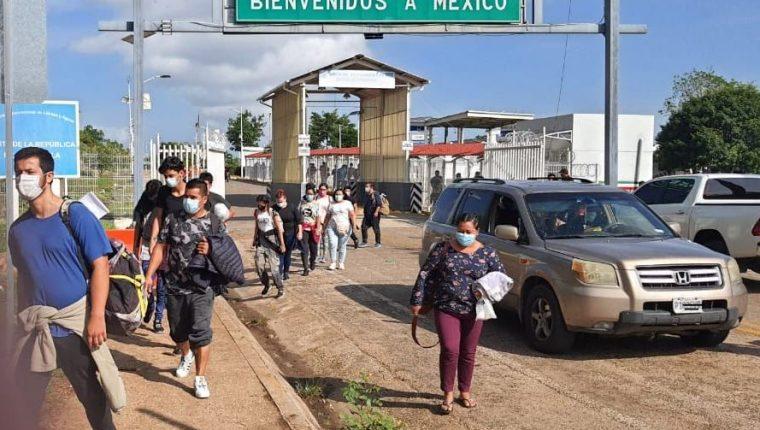 Migrantes centroamericanos cruzan el puesto fronterizo de El Carmen sin registrar su ingreso al país. (Foto: IGM)
