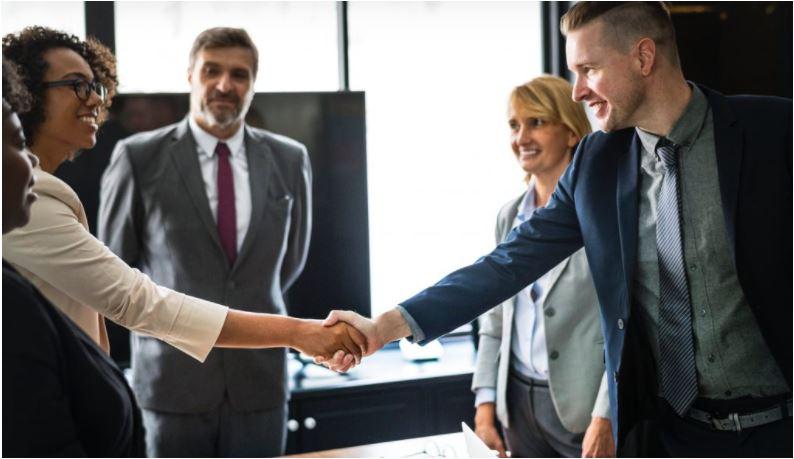 Las empresas están optando por retrasar las revisiones salariales y apuestan por atraer al talento ofreciendo proyectos nuevos. (Foto Prensa Libre: Shutterstock)