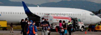 Familias migrantes guatemaltecas son retornadas desde Estados Unidos. (Foto Prensa Libre: EFE)