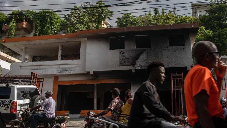 Agujeros de bala y hollín en la fachada de una casa de Puerto Príncipe donde, al parecer, se escondieron algunos de los acusados del asesinato de Moïse la noche en que fue abatido. (Foto Prensa Libre: Victor Moriyama para The New York Times)