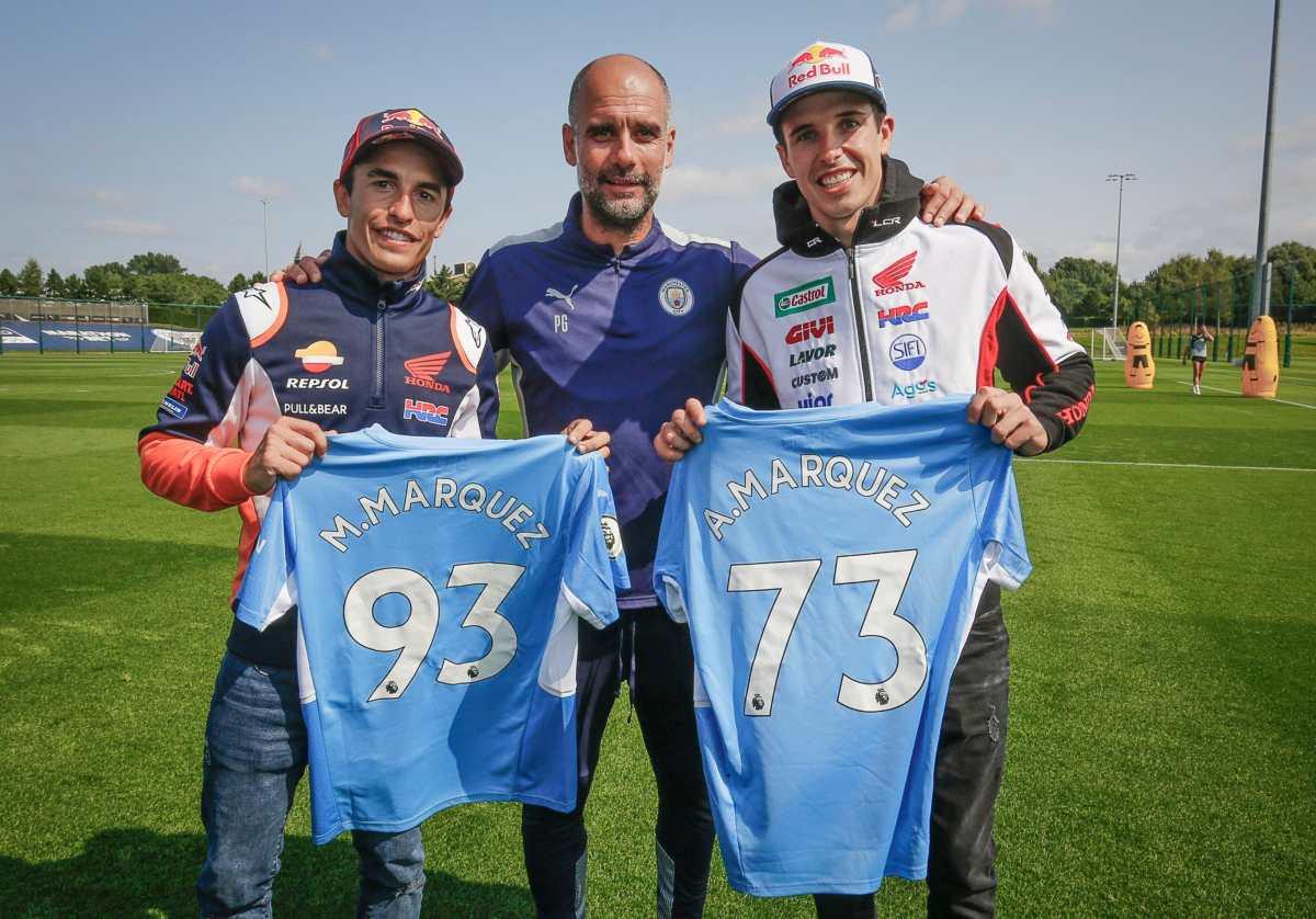 ¡Un lujo! Antes del Gran Premio de Gran Bretaña los hermanos Márquez visitan a Pep Guardiola en un entreno del Manchester City