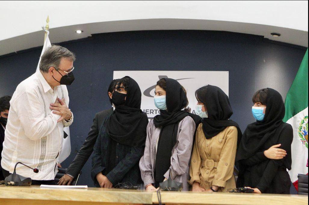 Cinco mujeres afganas de un célebre equipo de robótica ya están en México