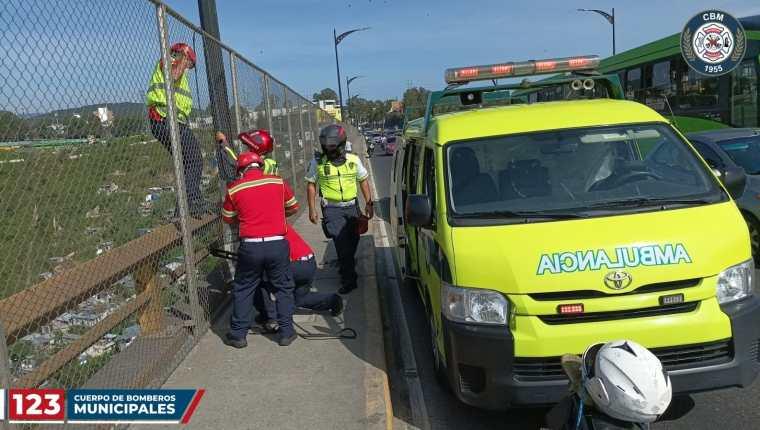 Bomberos Municipales rescataron a un hombre que quería lanzarse del puente del Incienso.  (Foto Prensa Libre: Bomberos Municipales)