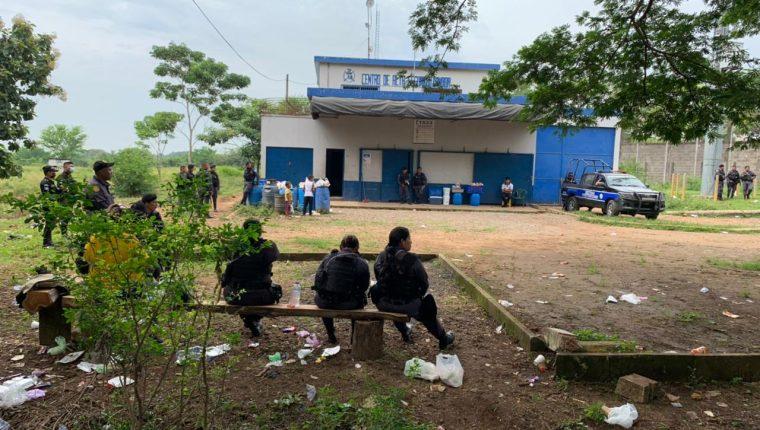 La Policía Nacional Civil resguarda los alrededores de la cárcel El Infiernito, en Escuintla, luego de un motín de reos. (Foto Prensa Libre: Carlos E. Paredes)
