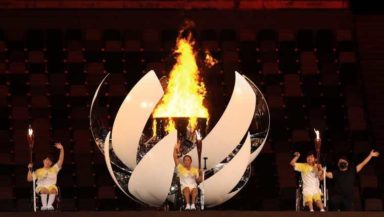 El pebetero Paralímpico de Tokio 2020 está encendido. Los japoneses Kamiji Yui, Uchida Shunsuke y Morisaki Karin completaron el viaje de la llama Paralímpica. Foto @Tokyo2020es