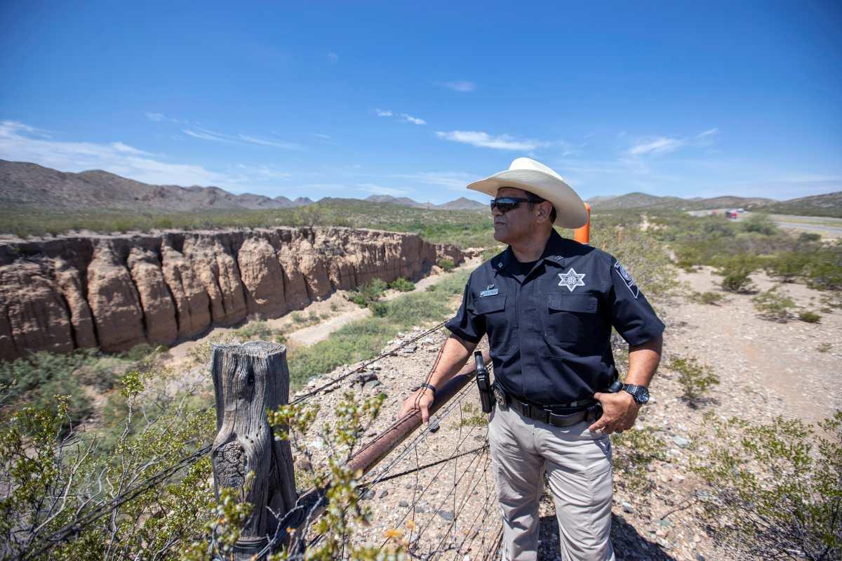 La macabra tarea de un alguacil de Texas: encontrar cadáveres mientras el número de migrantes muertos aumenta