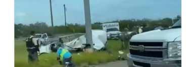 Al parecer, la camioneta perdió el control en una curva y volcó. (Foto: lapistoleraradio/Facebook)