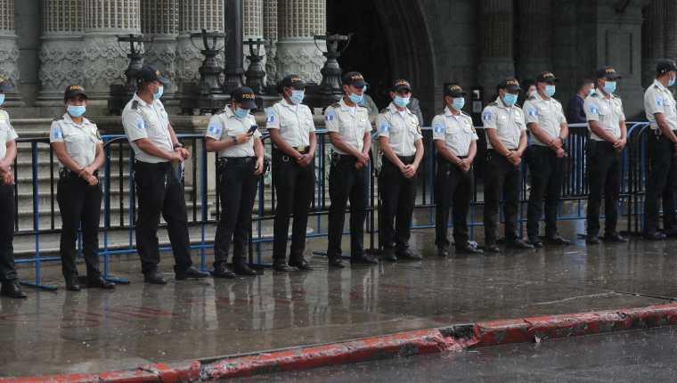 Agentes de la PNC frente  al Palacio Nacional de la Cultura. (Foto Prensa Libre: HemerotecaPL)