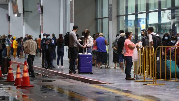 Viajeros llegan al Aeropuerto Internacional La Aurora de Guatemala. (Foto Prensa Libre: HemerotecaPL)