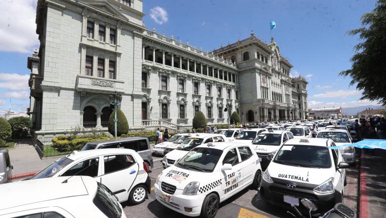 Taxistas manifestaron en febrero contra el seguro obligatorio y consiguieron una prórroga que finaliza en agosto de 2021. (Foto Prensa Libre: Hemeroteca PL)