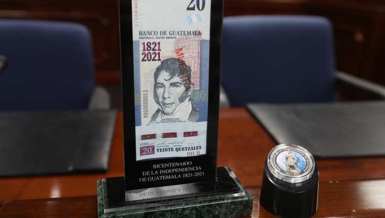 El billete y la moneda conmemorativa comenzarán a circular este lunes 6 de septiembre. (Foto Prensa Libre: Alejandro Ortiz)