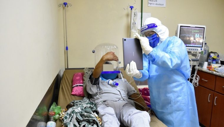 Pacientes con coronavirus del Hospital de Chimaltenango pueden comunicarse con sus familiares.   (Foto Prensa Libre: Emy Susana Sánchez)