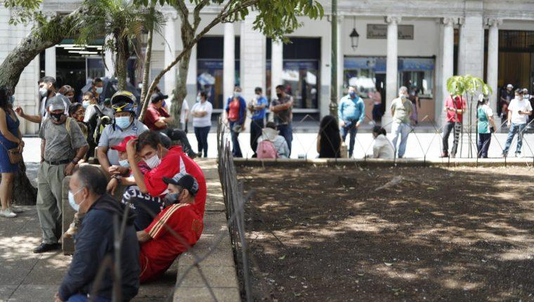 Guatemaltecos buscan recibir la vacuna contra el coronavirus mientras los casos diarios se disparan. (Foto Prensa Libre: Esbin García)