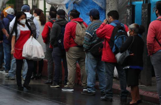 Guatemaltecos salen con mascarilla a la calle para protegerse del coronavirus. (Foto Prensa Libre: Juan Diego González)