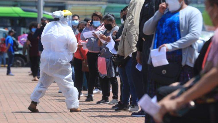 Personas hacen fila en la Plaza Barrios para practicarse la prueba de covid-19 en laboratorio móvil del Ministerio de Salud. (Foto Prensa Libre: Juan Diego González)