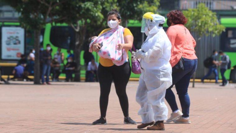 Guatemaltecos acuden a laboratorios móviles para hacerse la prueba de covid-19. (Foto Prensa Libre: Juan Diego González)
