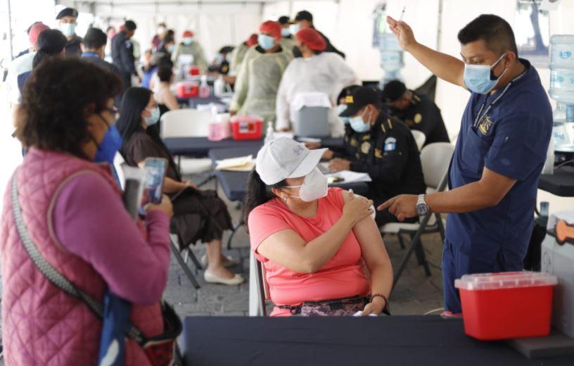Giammattei dice que ya hay 27% de guatemaltecos vacunados, pero de esquema completo aún es el 6.9%