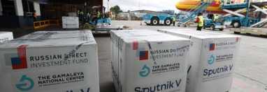 Las 400 mil vacunas Sputnik V, de primer componente, son descargadas en Guatemala. (Foto Prensa Libre: María René Barrientos)