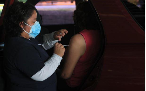 Guatemaltecos narran larga espera para recibir la segunda dosis de Sputnik V contra el covid-19
