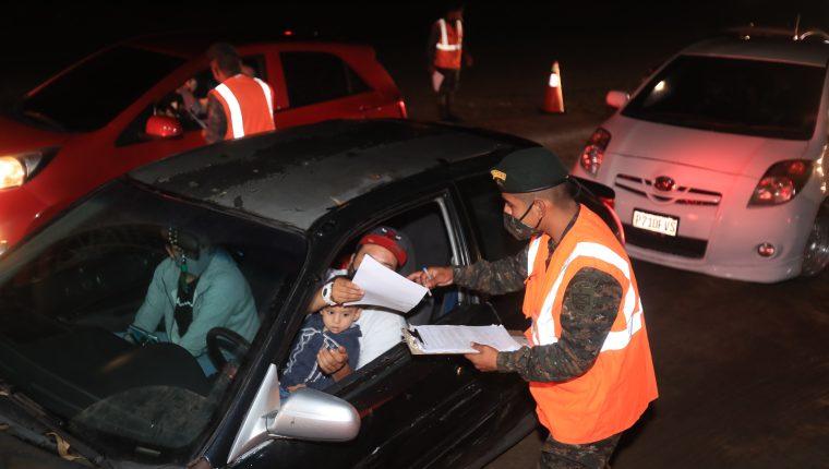 En dos días, más de 3 mil guatemaltecos han recibido una dosis de la vacuna contra el covid-19 en los puestos de vacunación nocturnos. (Foto Prensa Libre: Juan Diego González)