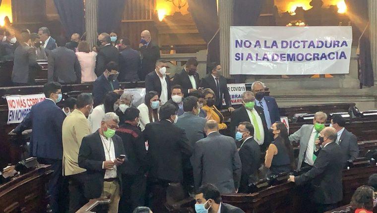 Las bancadas del Congreso en la tarde de este lunes no sabían de que manera abordar las resoluciones de la CC a pesar de contar una aclaración. Fotografía: Prensa Libre.