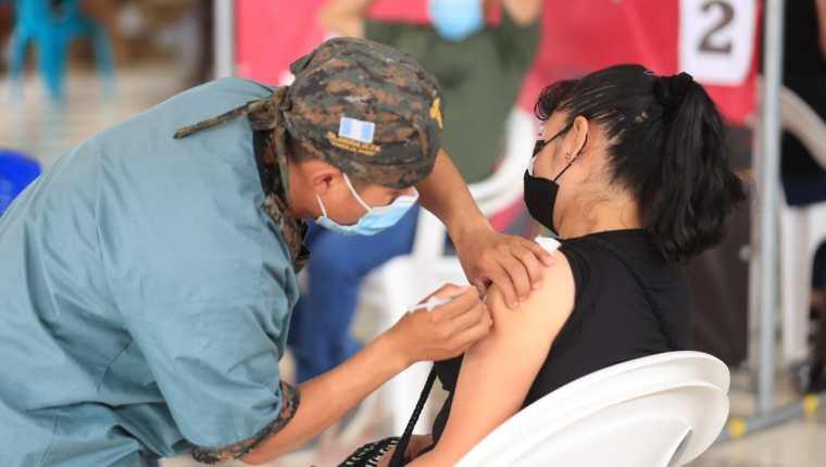 Miles de guatemaltecos esperan para tener el esquema completo de vacunación. (Foto Prensa Libre: Byron García)