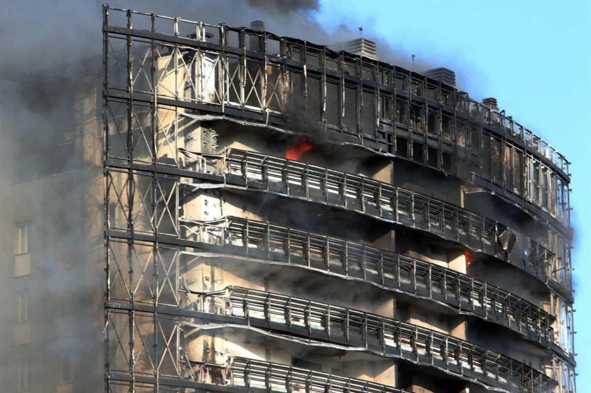 Milán en fuego: El colosal incendio en un rascacielos