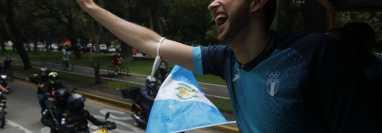 Siempre sonriente y saludando, así iba Kevin Cordón durante la caravana de la victoria. Fotos Prensa Libre: Esbin García