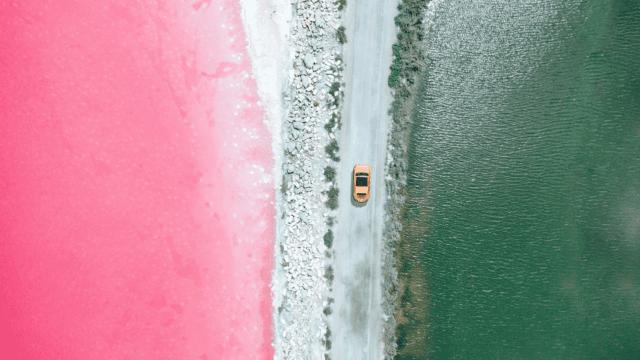 Las deslumbrantes imágenes que muestran los paisajes de agua rosada en Francia