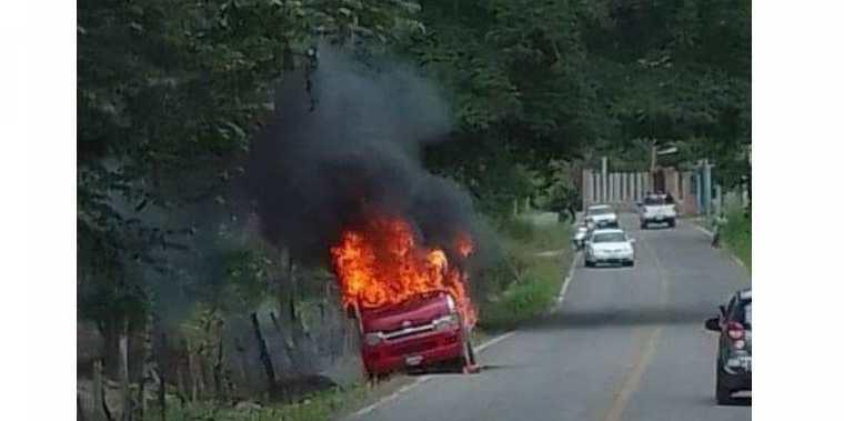 Conductores captaron carros con placas guatemaltecas incendiados en zona fronteriza. (Foto: cortesía)
