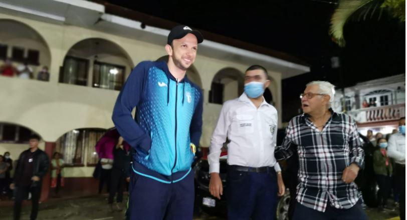 Tras un viaje complicado por las lluvias, Kevin Cordón llega a su natal La Unión, Zacapa