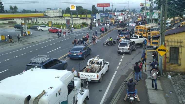 Integrantes de Codeca en el bloqueo en San Miguel, El Tejar, Chimaltenango. (Foto Prensa Libre: Víctor Chamalé)