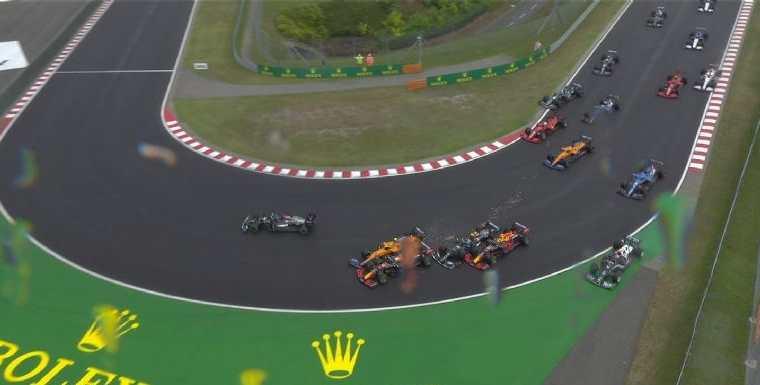 En la segunda vuelta en la pista de Hungaroring el Gran Premio de Hungría tuvo su primer accidente. Un choque masivo provocó serios daños. Foto Prensa Libre: Captura de pantalla.