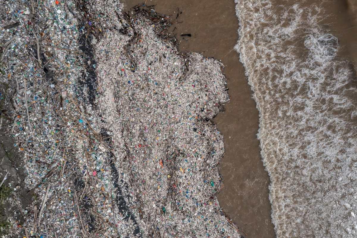 Colapso de biobarda en río Motagua agrava acumulación de basura en playas