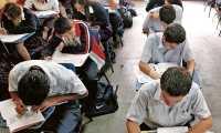 ESTUDIANTES GRADUANDOS DEL INSTITUTO LEHNSEN,  SE SOMETEN A PRUEBAS PARA PODER GRADUARSE, LOS EXAMENES SON UN REQUISITO IMPUESTO POR EL MINISTERIO DE EDUCACION,  DICHAS PRUEBAS FUERON REALIZADAS EN LAS INSTALACIONES DEL INSTITUTO IMRICH FISCHMANN, ZONA 13.  FOTOGRAFIA DE ESBIN GARCIA, PRENSA LIBRE.