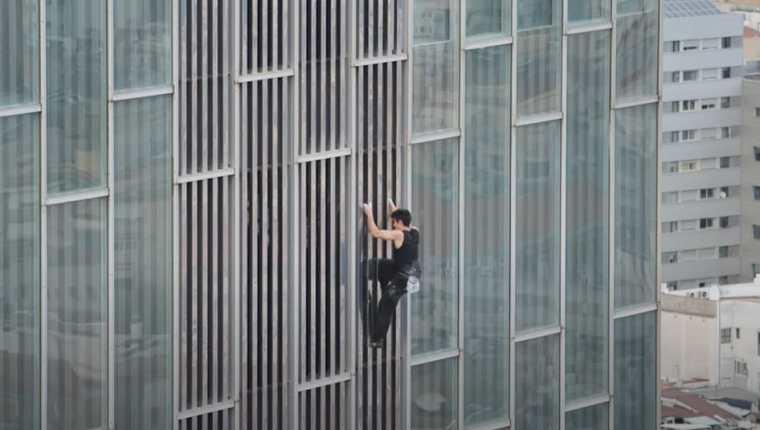 Joven escaló un rascacielos sin ninguna protección. (Foto Prensa Libre: YouTube)