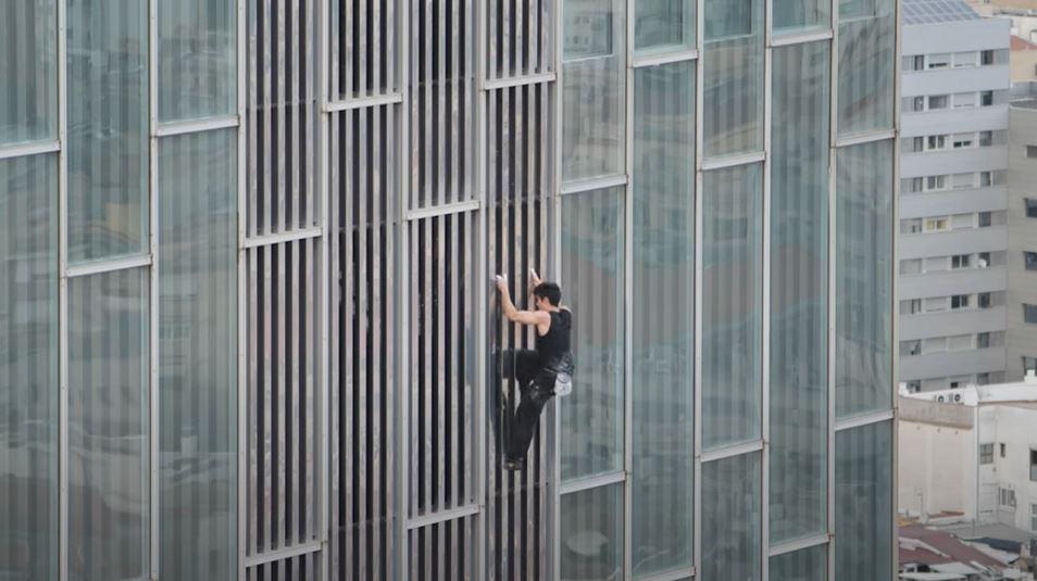 El escalofriante video que muestra cómo un hombre escaló un rascacielos sin ninguna protección
