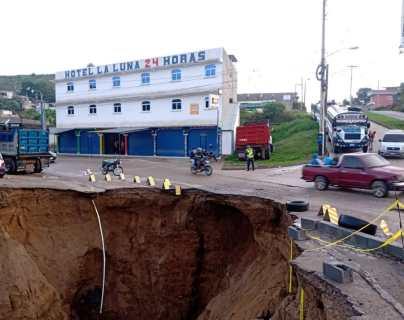 Hundimiento afecta un carril de la ruta entre Ciudad Quetzal y San Raymundo y lluvia causa derrumbes en otros tramos