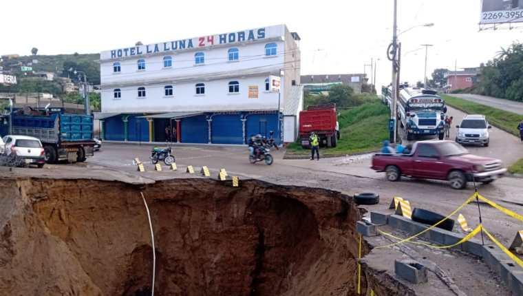 En el kilómetro 26 de la ruta entre Ciudad Quetzal y San Raymundo ocurrió un hundimiento de gran tamaño que afecta uno de los carriles en ese tramo. (Foto Prena Libre:  PMT San Juan Sacatepéquez).
