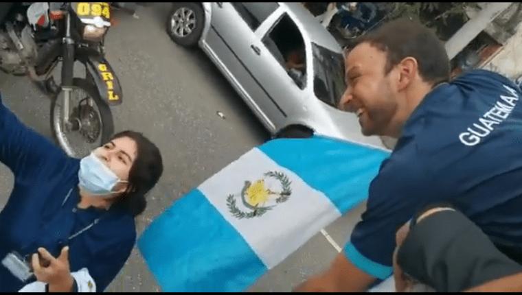 La emocionada fanática del badmintonista guatemalteco se tomó una selfie y le dedicó piropos a la zurda de oro de Zacapa. Foto Prensa Libre (Esbin García)