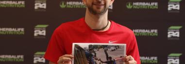 Kevin Cordón posa con la fotografía que Esbin García tomó durante su caravana de bienvenida el pasado 4 de agosto. Foto Prensa Libre
