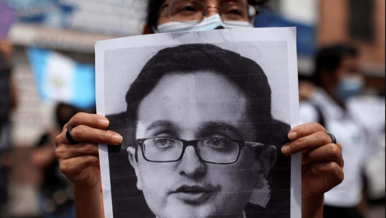 Un manifestante porta un cartel con el rostro de Juan Francisco Sandoval durante una protesta el 24 de julio de 2021, en Ciudad de Guatemala.