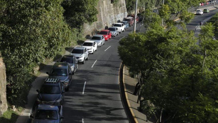 Largas filas de vehículos en el centro de vacunación de la Universidad Rafael Landívar. Personas buscan segunda dosis de la Sputnik V. (Foto Prensa Libre: Esbin García)