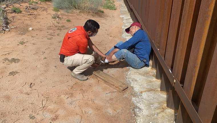 Fotografía cedida por el Instituto Nacional de Migración (INM) que muestra a un migrante lesionado al caer del muro fronterizo, en la ciudad de Chihuahua, México. (Foto Presa Libre: EFE)