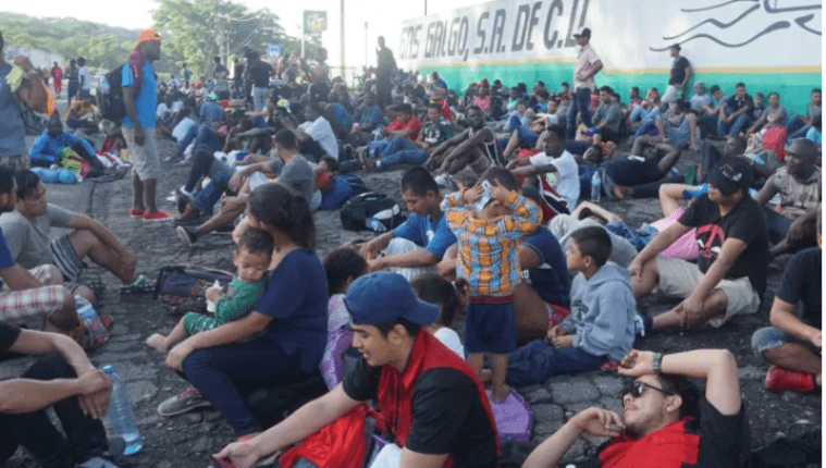 En los últimos años Guatemala ha sido paso de caravanas de centroamericanos que desfilan de manera irregular hacia los Estados Unidos. Fotografía: Prensa Libre (EFE).