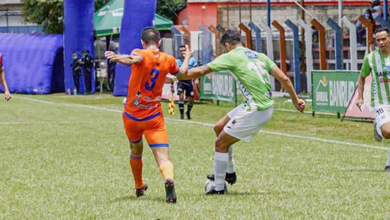 El paraguayo Pedro Baéz sumó su cuarto tanto del torneo tras eludir con una ruleta al defensa rival. (Foto Prensa Libre: Antigua Facebook)
