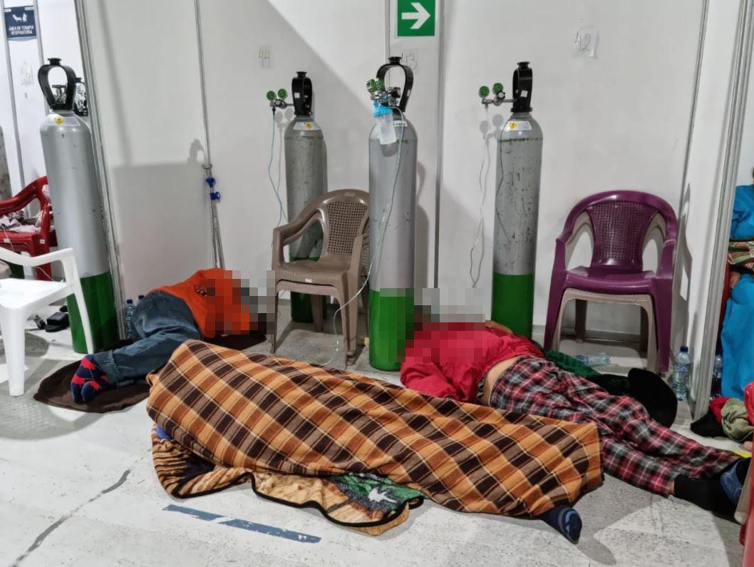 Tirados en el suelo: Pacientes con coronavirus esperan una cama en el Hospital Temporal del Parque de la Industria